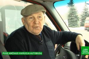 Pusę amžiaus autobusą vairuojantis J. Joniūnas keleivius tramdo juokaudamas