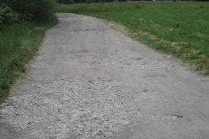 Rumšiškių gyventojas kelio duobes lygino pavojingomis atliekomis