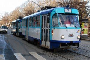 Svarsto apie KET naujovę: kaip važiuoti šalia tramvajaus