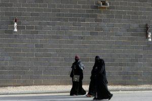Saudo Arabija pradeda išdavinėti vairuotojo pažymėjimus moterims