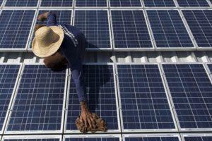 Sukurtas saulės kolektorius, kuris generuoja energiją lyjant