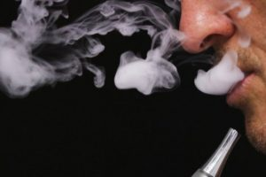 Seimas apribojo elektroninių cigarečių rūkymą Lietuvoje