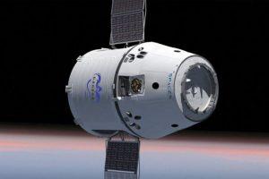 """Į Žemę sugrįžo bendrovės """"SpaceX"""" krovininė kapsulė"""