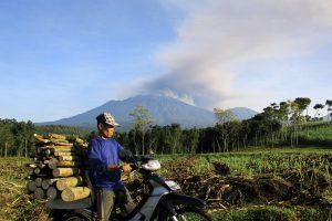 Indonezijoje penkių išsiveržusių ugnikalnių pelenai aptemdė dangų