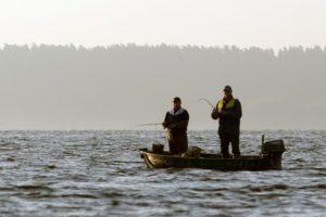 Per plauką nuo tragedijos: skęstantį vyrą spėjo išgelbėti kiti žvejai