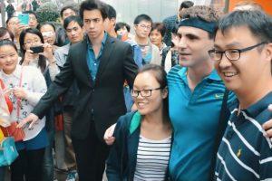 R.Federeriu apsimetęs JAV komikas išvedė Šanchajaus gyventojus iš proto