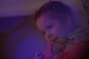 Be gyvybės ženklų gimusi mergaitė dabar dovanoja šypsenas