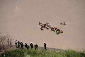 Peru nuo skardžio nulėkus autobusui žuvo mažiausiai 44 žmonės