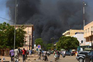 Burkina Faso sostinėje atakuota Prancūzijos ambasada ir kariuomenės būstinė