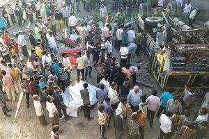 Indijoje nuo tilto nulėkus sunkvežimiui su vestuvininkais žuvo 25 žmonės