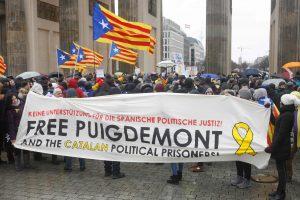 Berlyne šimtai protestuotojų ragina paleisti C. Puigdemont'ą