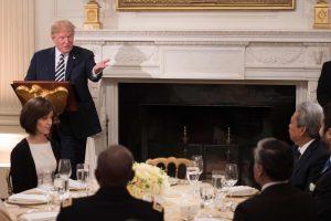 D. Trumpas pirmą kartą pakvietė musulmonus ramadano vakarienės