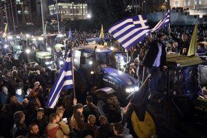 Protestuojantys graikų ūkininkai susirėmė su policija