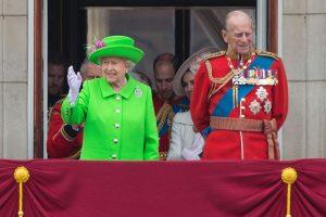 Britų karalienė per savo 90-ojo gimtadienio paradą sukėlė sensaciją žaliu apdaru