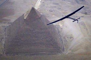 Aplink pasaulį skrendantis Saulės energija varomas lėktuvas nutūpė Egipte