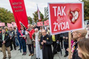 Lenkijoje stumiamas beveik absoliutus abortų draudimas