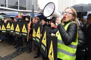 Lenkės toliau protestuoja dėl abortų įstatymo griežtinimo