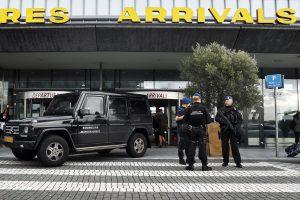 Dėl netikro pavojaus Olandijos oro uoste sulaikytas benamis migrantas