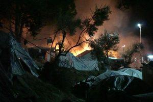 Graikijos saloje supykę migrantai padegė savo stovyklą