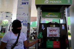 Dėl augančių benzino kainų meksikiečiai blokuoja kelius