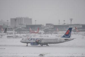 Sniegui užklojus Stambulą atšaukta šimtai skrydžių