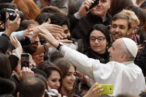 Popiežius: kalbėjimas telefonu prie pietų stalo jau yra karo pradžia