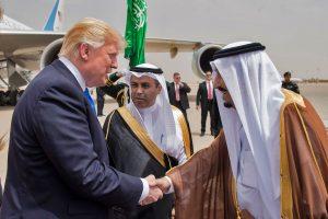 D. Trumpas Saudo Arabijoje pradėjo pirmą savo užsienio vizitą