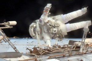 Du JAV astronautai sėkmingai baigė darbą atvirame kosmose