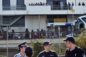 Graikijos policija baigia evakuoti laikiną migrantų stovyklą Atėnuose