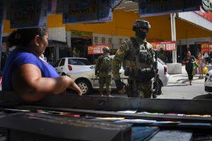 Brazilijos kariai Rio de Žaneiro lūšnynuose ieško gaujų lyderių