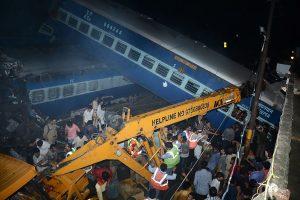 Indijoje nuo bėgių nulėkus traukiniui žuvo mažiausiai 23 žmonės