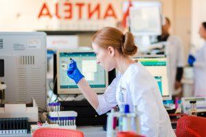 Investavo 1,5 mln. eurų: atidaryta moderniausia tyrimų laboratorija Vakarų Lietuvoje