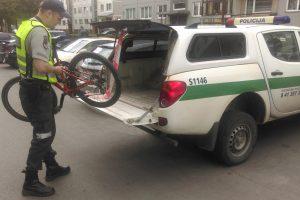 Su dviračiu į autobusą nepriimta mergaite pasirūpino policija