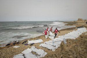 Į Libijos pakrantę išmesti 74 nuskendusių migrantų kūnai