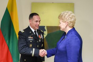 D. Grybauskaitė apdovanojo Lietuvai nusipelniusius Pentagono pareigūnus