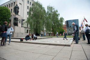 Medžių gynėjų akcija: Kauno valdžiai įteikė ilgą reikalavimų ritinį