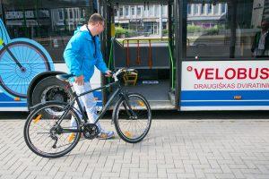 Vilniuje pradeda kursuoti du dviratininkams draugiški velobusai
