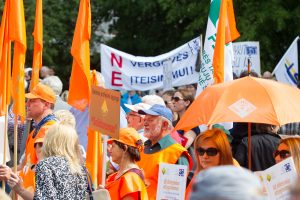 Nauju Darbo kodeksu nepatenkinti žmonės pyktį liejo prie Seimo