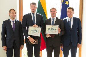 Olimpiečiams – premijų čekiai iš premjero rankų