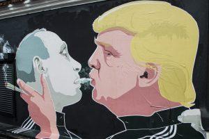 Atnaujintame D. Trumpo ir V. Putino grafityje – žinutė dėl kanapių