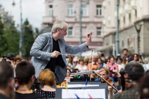 Netikėtas reginys: orkestras repeticiją surengė po atviru dangumi