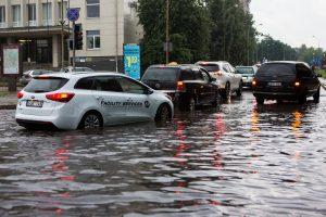 Po liūties Vilniuje eismas pamažu normalizuojasi, bet dar yra neišvažiuojamų gatvių