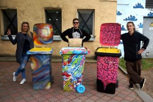 Atliekų konteinerius menininkai prikėlė naujam gyvenimui