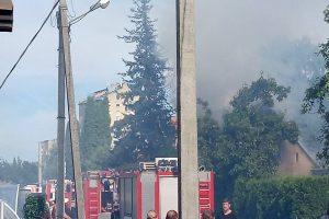 Vievio gatvėje kilusį gaisrą gesino penki ugniagesių ekipažai