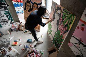Menininkės kūriniai gimsta parodą stebinčių lankytojų akyse