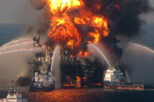 """Specialiai filmui """"Liepsnojantis horizontas"""" pastatyta naftos platforma"""