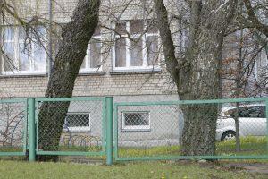 Klaipėdoje sugadinta darželio tvora