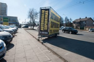Nelegali reklama klesti toliau: senus automobilius pakeitė priekabos