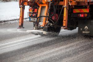 Žiemos sezonas baigėsi: išbarstyti 202 traukinio vagonai druskos