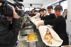 Rekordas: Kaune pagamintas 4 metrų ilgio kebabas